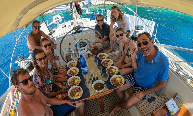 Comment se déroulent les repas au bord d'un bateau de croisière